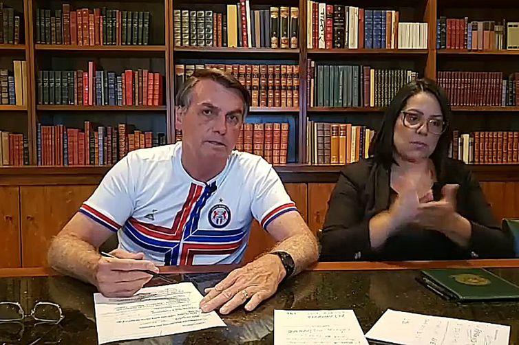 Presidente Jair Messias Bolsonaro fala ao vivo sobre as ações desenvolvidas pelo governo ao longo da semana - Crédito: Reprodução