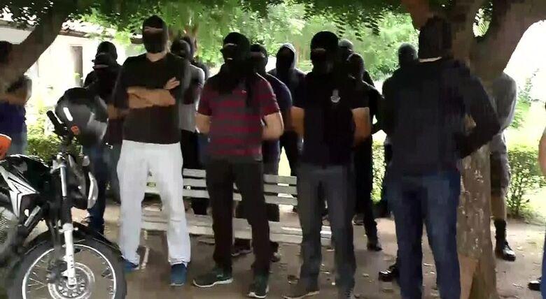 Encapuzados ocupam unidade da tropa de elite da PM do Ceará - Crédito: Reprodução/TV Verdes Mares
