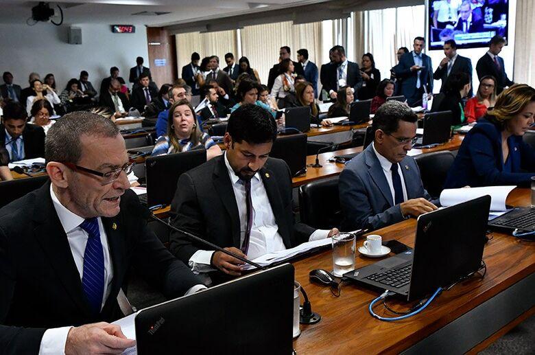 Relator, Fabiano Contarato apresentou emenda para deixar clara punição também para envio de mensagens ao volante   Fo - Crédito: Geraldo Magela/Agência Senado