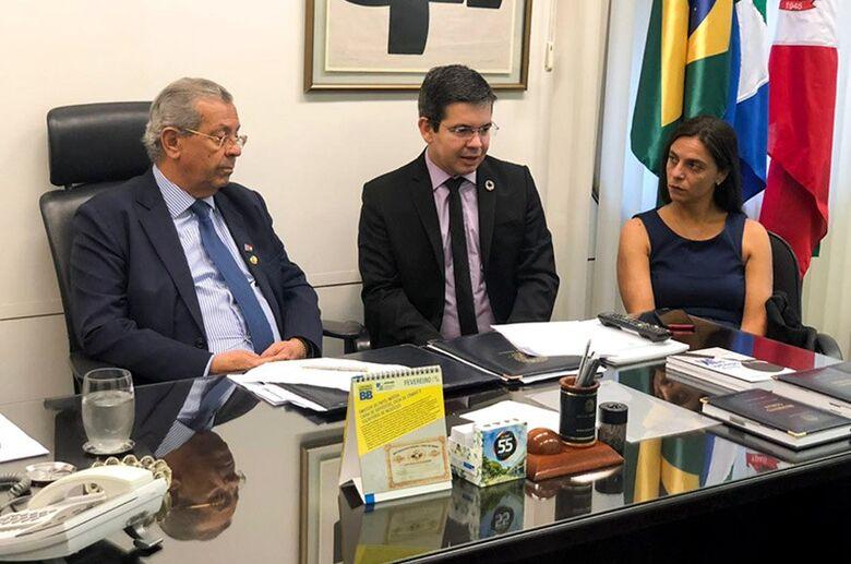 O senador Randolfe Rodrigues (centro) entregou a representação ao presidente do Conselho de Ética, senador Jayme Campos  Fon - Crédito: Gab. Senador Randolfe Rodrigues