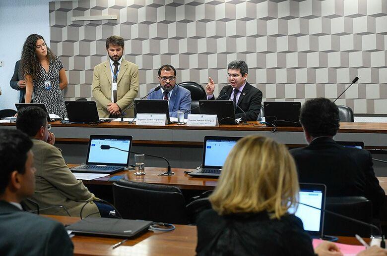 O relator da MP, Randolfe Rodrigues (ao microfone), ao lado do presidente da comissão mista, deputado Camilo Capiberibe  Fon - Crédito: Marcos Oliveira/Agência Senado