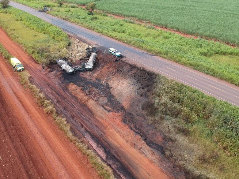 Colisão entre dois caminhões na rodovia BR 267 tem 43 mil litros de combustível derramados em solo — Foto: Polícia Militar Ambiental - Crédito: Divulgação