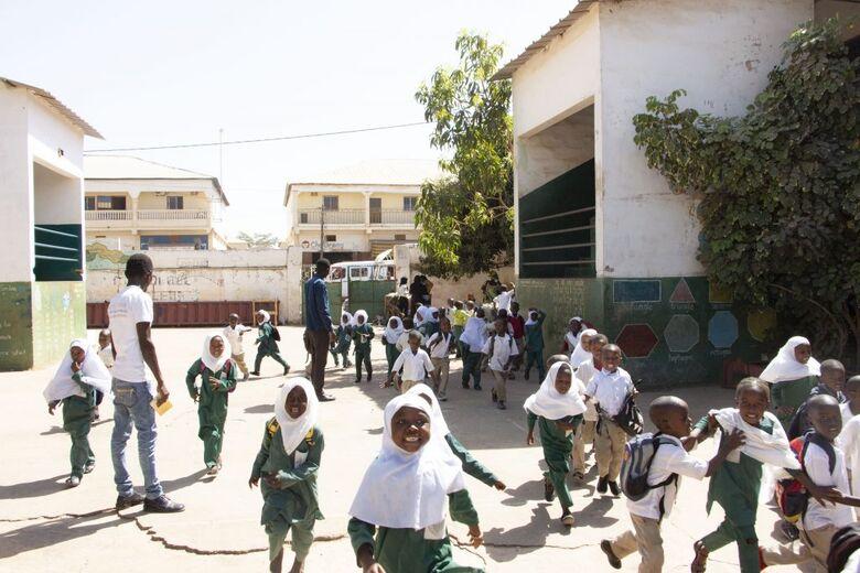 Alunos do jardim de infância saem de suas salas de aula para almoçar no pátio da Escola Básica de Muhammadan. - Crédito: WFP/Kebba Jallow