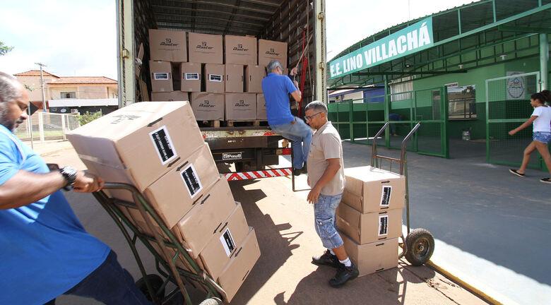 Materiais chegaram em escola do bairro Nova Lima, em Campo Grande, nesta segunda-feira - Crédito: Saul Schramm