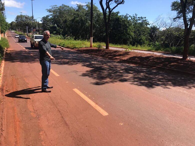 Vereador Sergio Nogueira visitou o local para averiguar as reivindicações dos moradores - Crédito: Thiago Morais/CMD