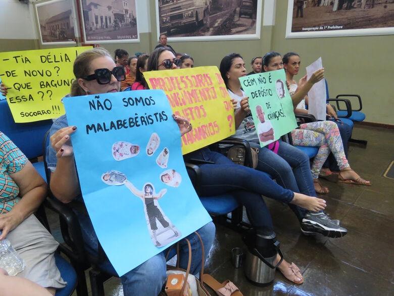 Educadores durante protesto na Câmara Municipal - Crédito: Simted