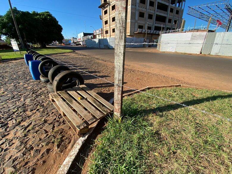 Em combate à covid-19, exército paraguaio coloca arame farpado nas travessias da fronteira com o Brasil - Crédito: Martim Andrada/ TV Morena