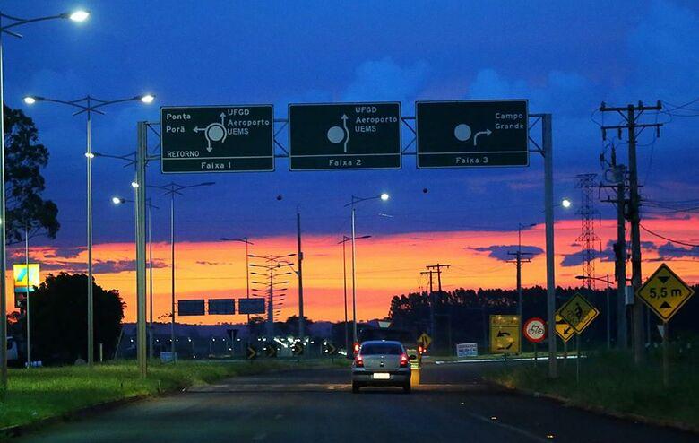 Avenida Guaicurus dá acesso a universidades, aeroporto e ao Exército de Dourados. - Crédito: Franz Mendes