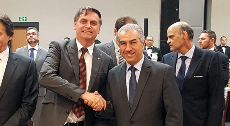 Presidente Jair Bolsonaro cumprimentando o governador de MS Reinaldo Azambuja. -