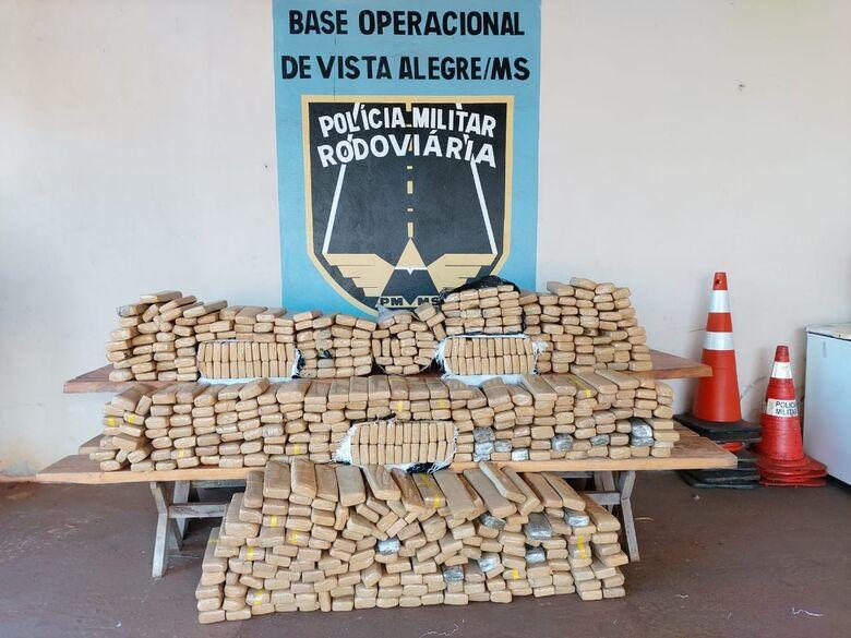 Polícia recupera veículo roubado que transportava quase meia toneleda de drogas - Crédito: Divulgação
