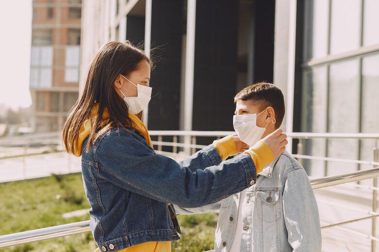 Qual a forma correta para crianças e adolescentes usarem máscaras? -
