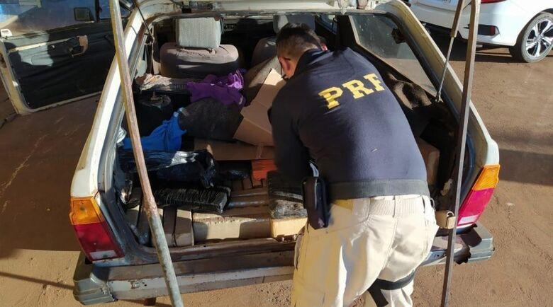 Traficante tenta escapar da polícia, mas acaba sendo flagrado e preso com droga -