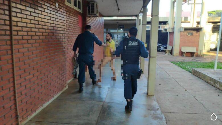 Jovem quebra quarto de motel e acaba sendo detido nu pela polícia - Crédito: Cido Costa