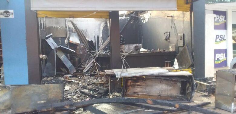 Incêndio destrói lanchonete e loja de moto em Dourados - Crédito: Cido Costa