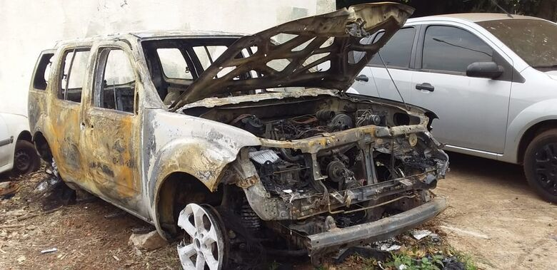 Veículo é encontrado em chamas em Dourados - Crédito: Cido Costa