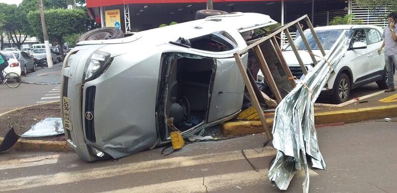 Carro capota após colisão e atinge outro veículo que estava estacionado - Crédito: Cido Costa