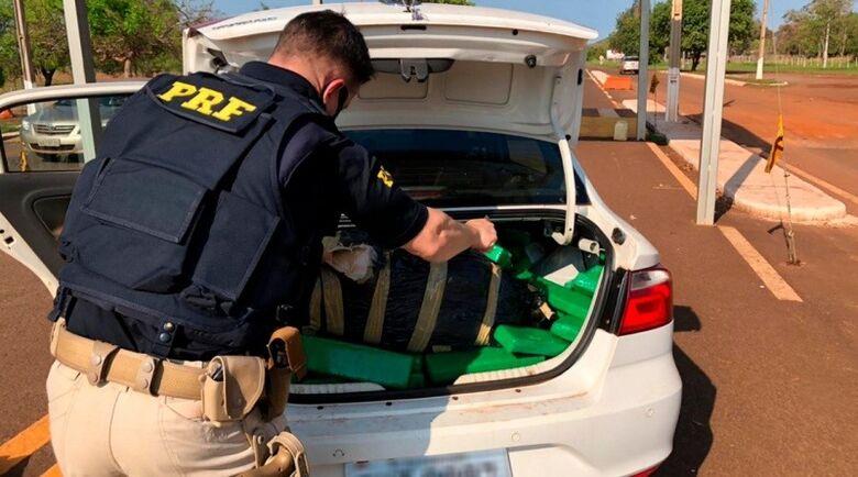 Carro com registro de furto é apreendido pela PRF com 417 Kg de maconha - Crédito: Divulgação