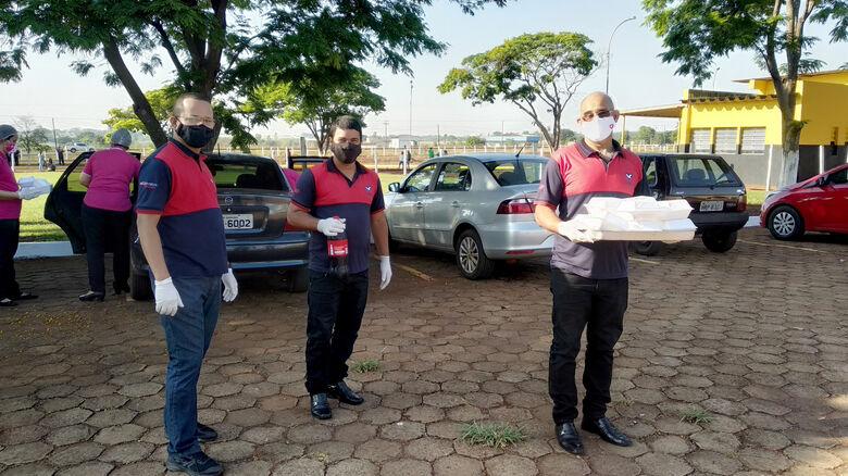 Voluntários fazem café da manhã para familiares de presos em Dourados -
