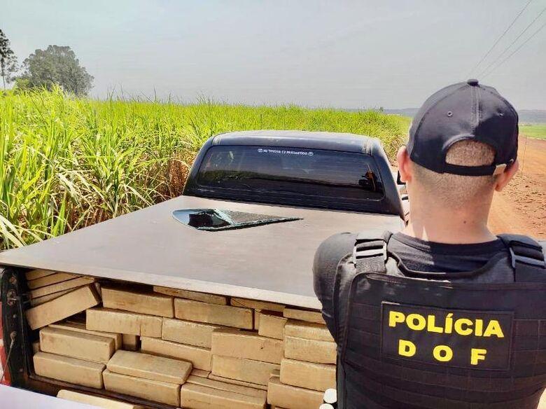 Dois veículos foram abandonados pelos suspeitos, que ainda não foram lozalizados - Crédito: Divulgação