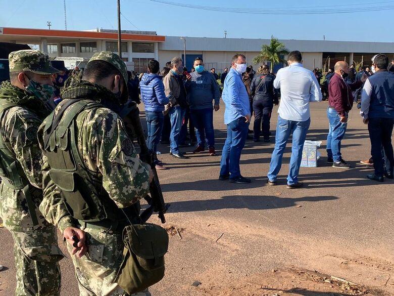 Comerciantes paraguaios protestam pela abertura da fronteira com o Brasil - Crédito: Martim Andrada/TV Morena
