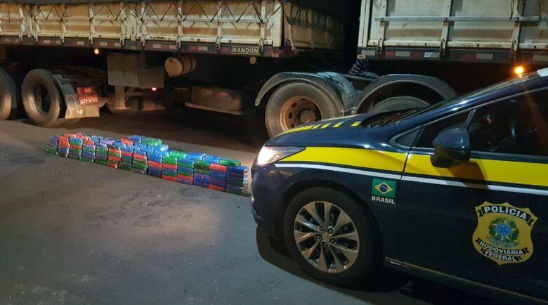 O preso, a carreta e a cocaína foram encaminhados para a Polícia Federal em Ponta Porã (MS). - Crédito: PRF