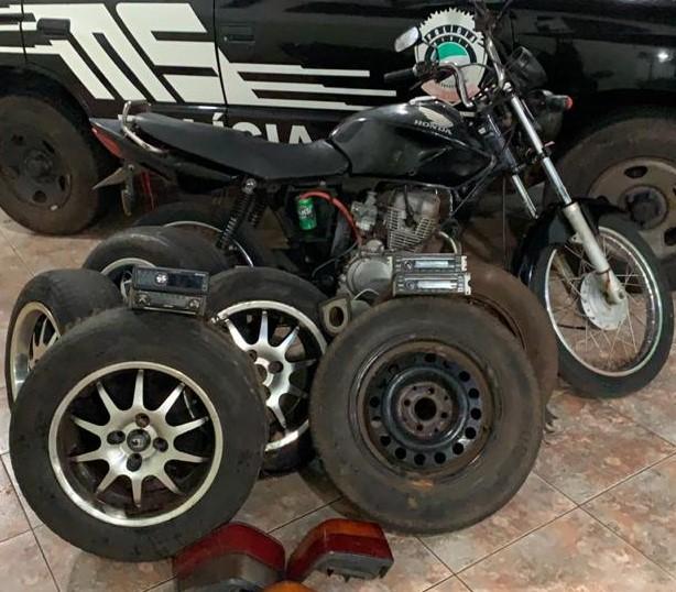 Uma motocicleta furtada e rodas com pneus foram recuperados - Crédito: Foto: Divulgação/PC
