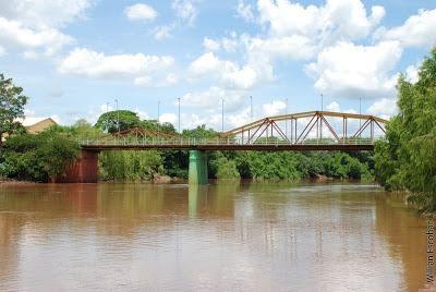 Jovem que tentava suicídio em ponte é convencida por policiais a desistir de se jogar -