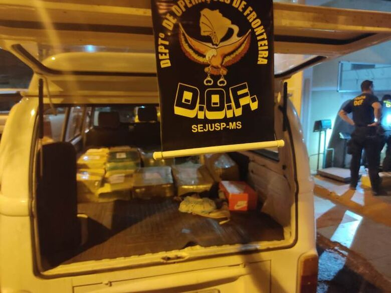 DOF apreende Kombi com placas de MG carregada com 1 tonelada de maconha -