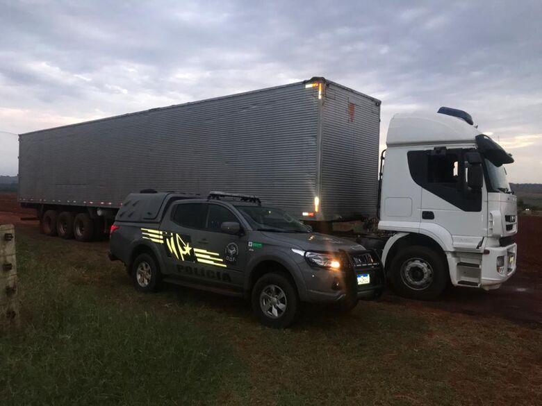 Caminhão carregado com 55 mil pacotes de cigarros contrabandeados foi apreendido pelo DOF -