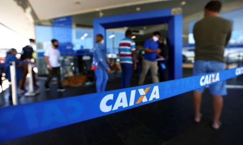 Beneficiários do auxílio emergencial podem sacar parcela em agência da Caixa neste sábado (28) - Crédito: Marcelo Camargo/Agência Brasil