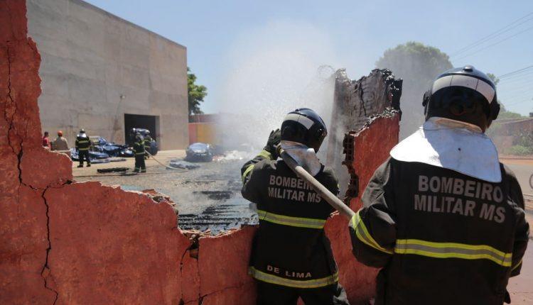 Incêndio destrói 400 caixas d'águas na Capital - Crédito: Leonardo de França/Midia Max