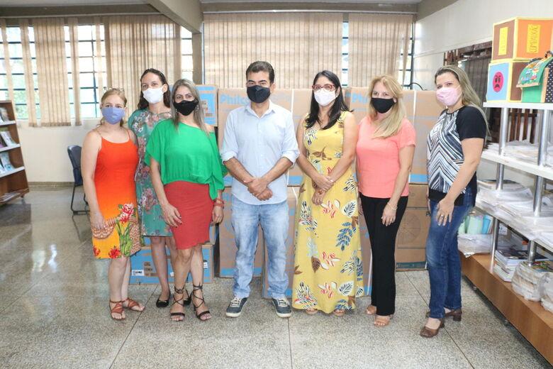Deputado Marçal com a vereadora Daniela, diretora Tania e equipe da APM escolar - Crédito: Divulgação