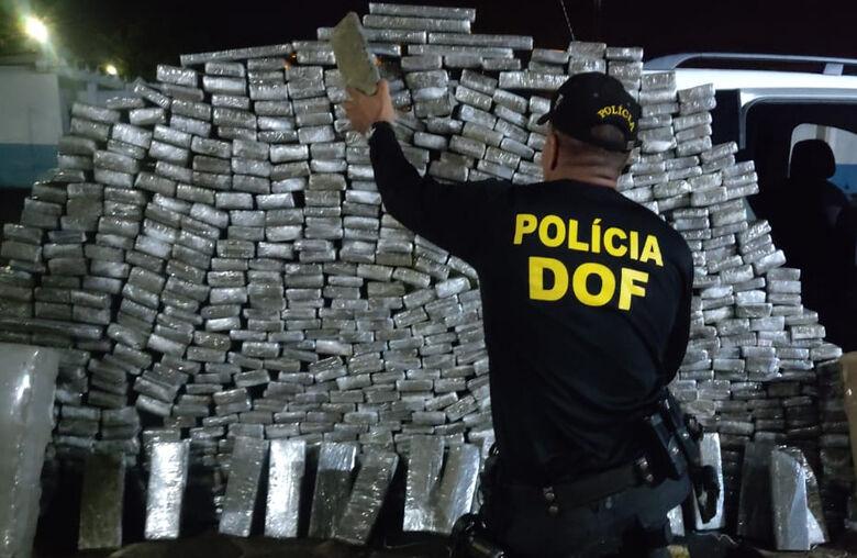 Veículo roubado e carregado com mais de 700 quilos de maconha foi recuperado pelo DOF - Crédito: Divulgação